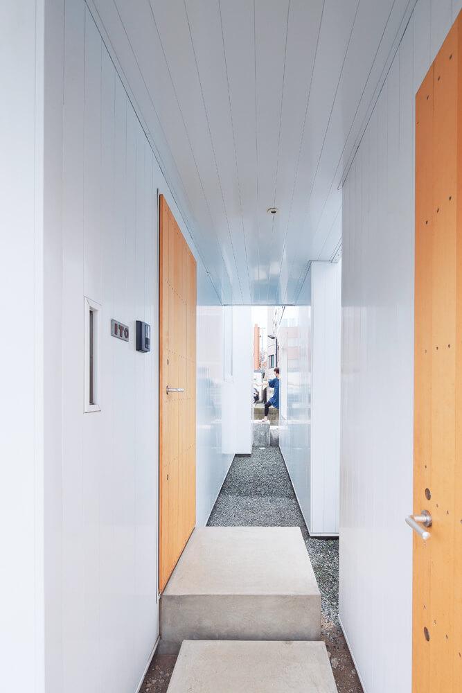居住空間と屋外の収納やテラスの間にある「隙間」。ここも決してムダではなく、さまざまな用途で使われている