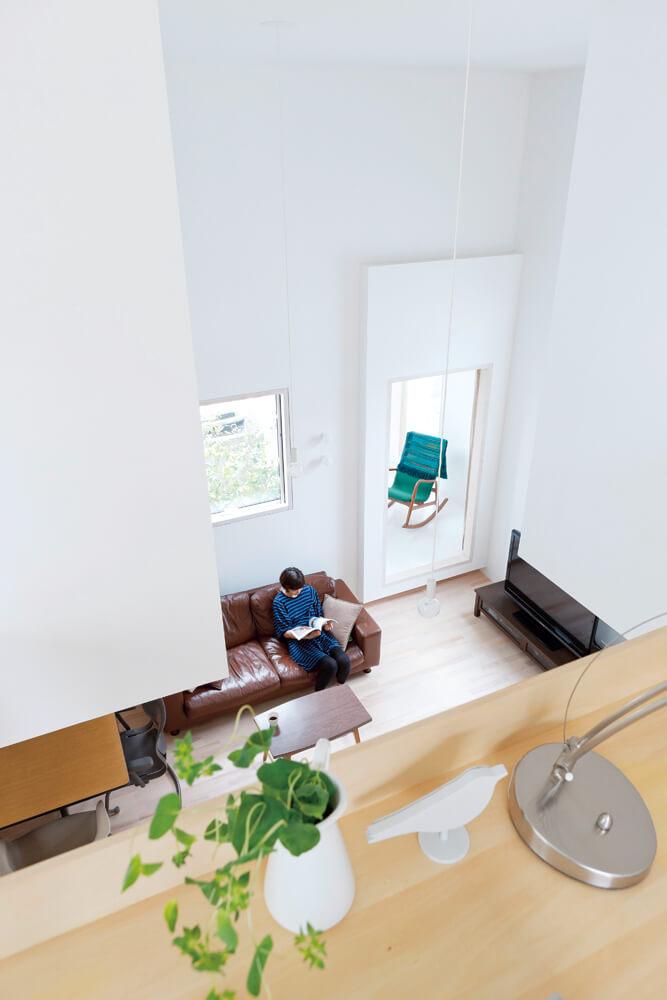 2階の個室の壁が吹き抜けの中を降りて行くような、不思議な眺め。 シンプルなルールをもとにつくられた立体的な空間構成