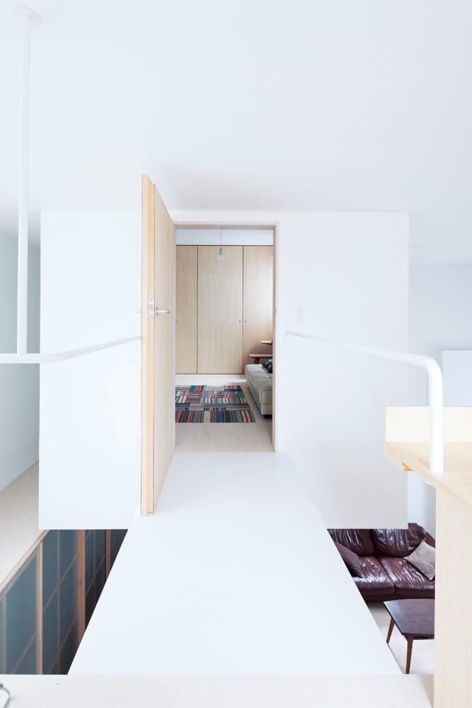ホールからブリッジを渡ると、その先にはゲスト用の個室が。3方向を吹き抜けに囲まれた、遊び心あふれる特別な部屋