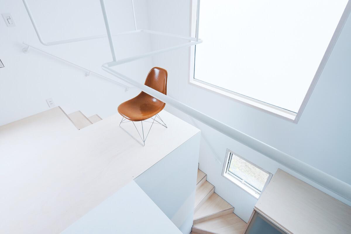 2階のホールから階段側に突き出る舞台のようなスペース。使う目的が決められている訳ではないが、この場所があるだけで暮らしがどことなく楽しくなる、これこそがゆとりのスペース