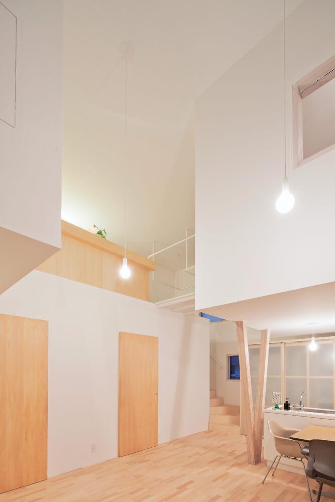 リビングから吹き抜け越しに2階を見る。浮かぶような個室は不思議と圧迫感を感じさせない