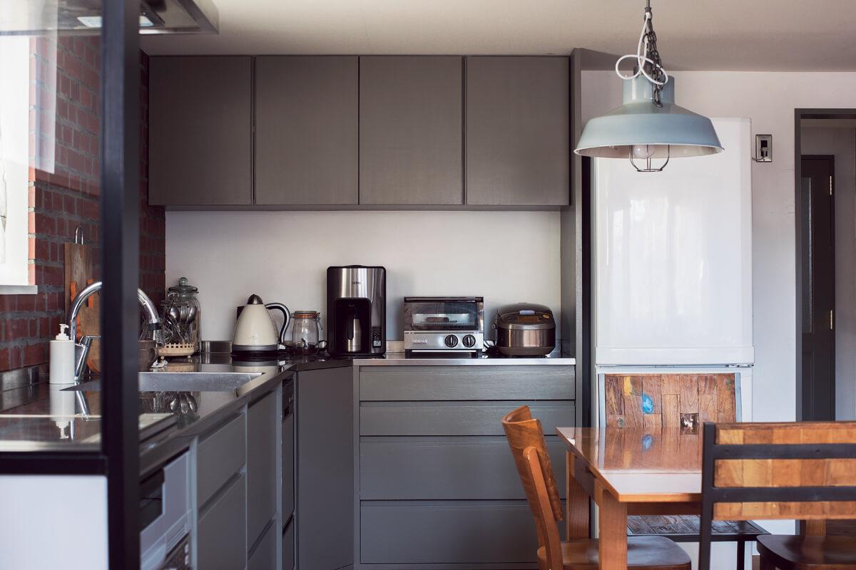 使い勝手に考慮したL型キッチンもシンプルシックな色合いで