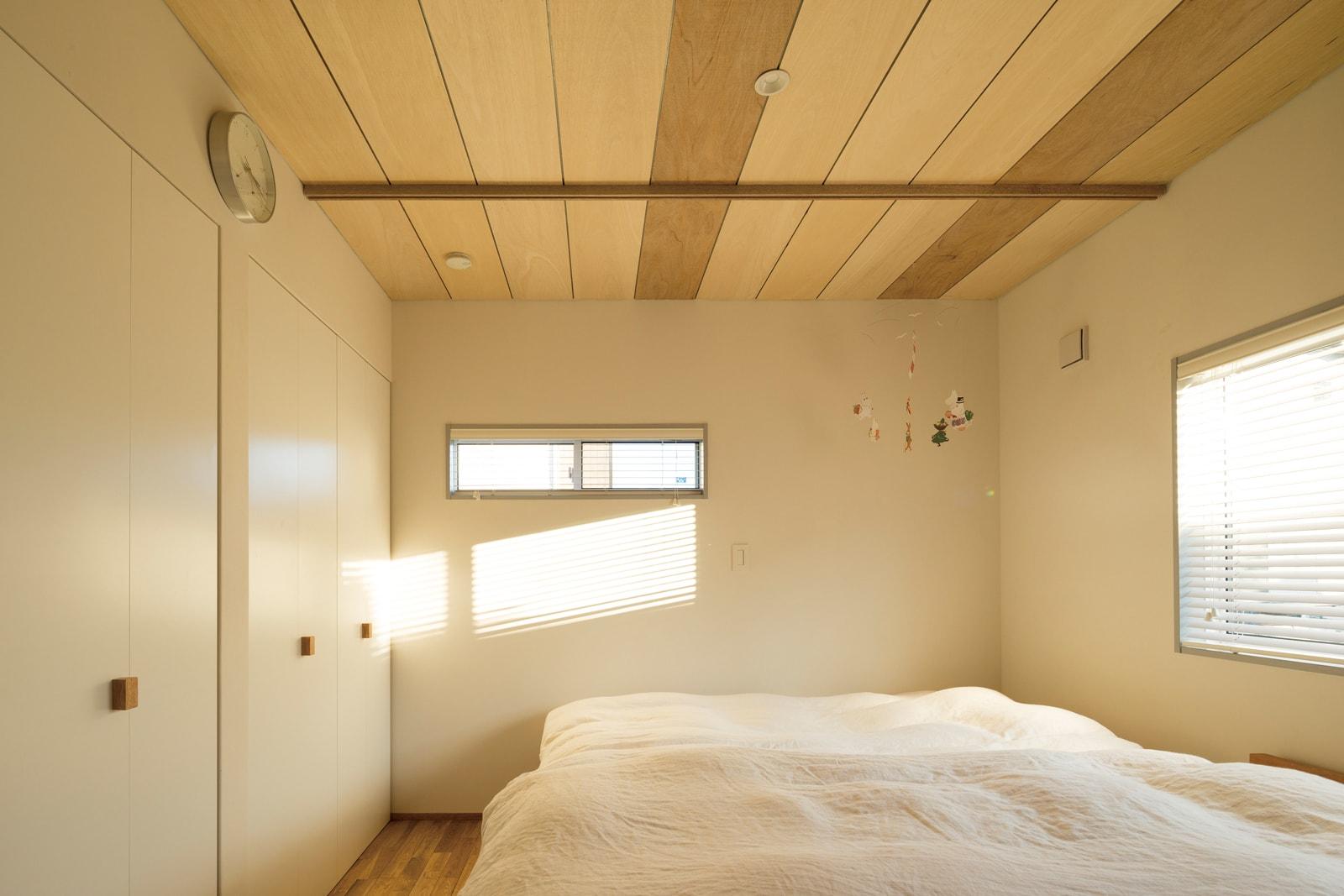寝室は仕上げもシンプルで、陽の光が射し込む明るく落ち着いた雰囲気に