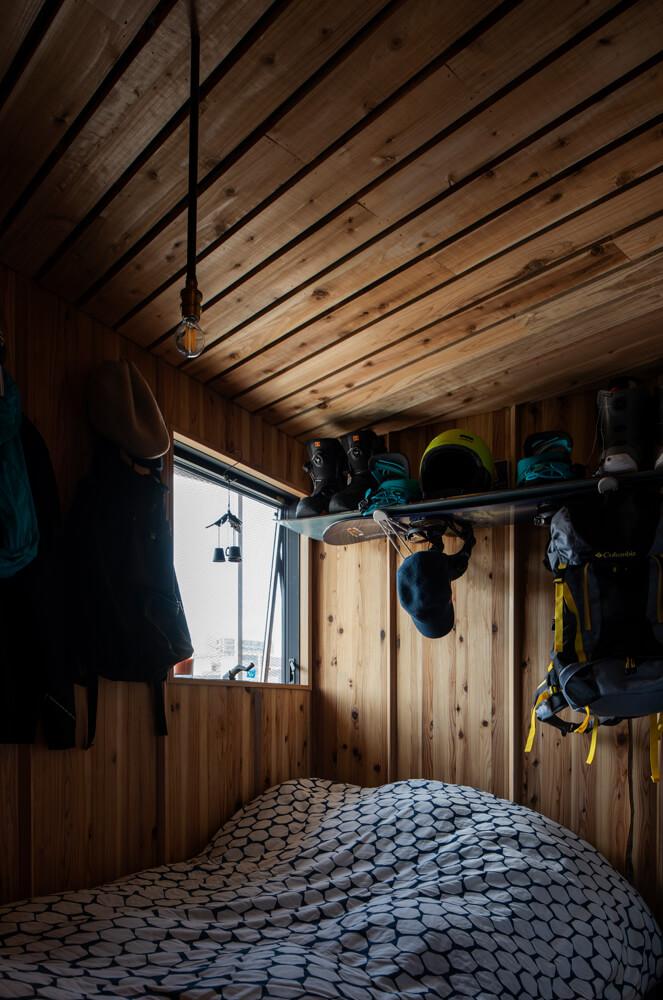 Fさんの寝室。趣味の道具も置き場所を決め、インテリアの一部のように