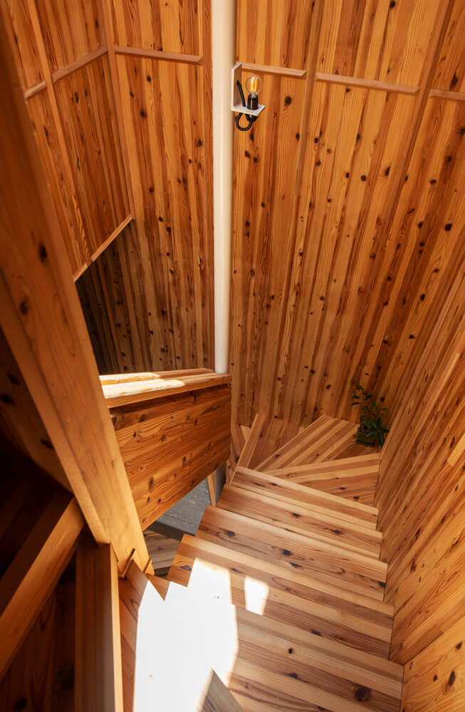 らせん状の階段には、天窓から陽射しがたっぷり注ぐ