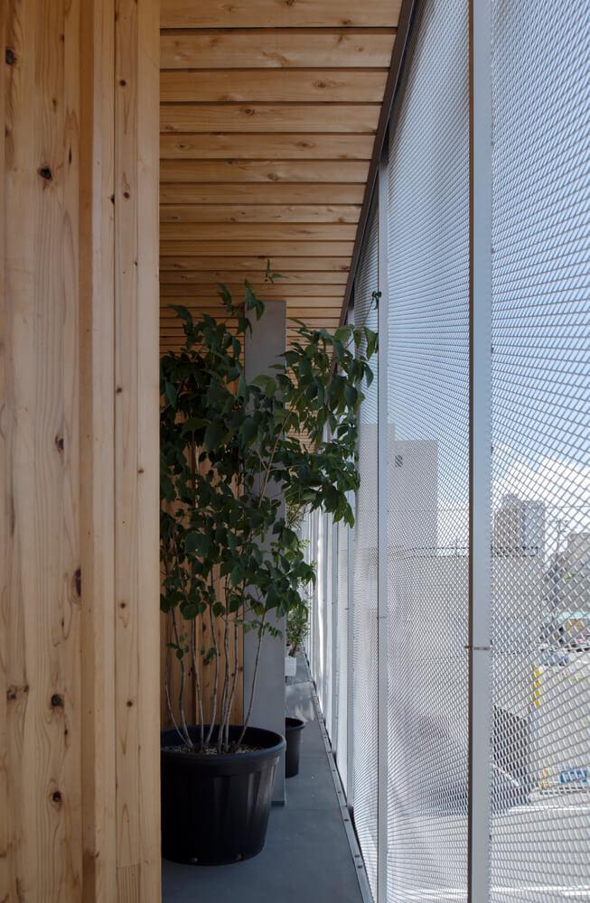 建物の外側には随所にバルコニーや空間が。光や風をとり込み、家をやわらかく包む