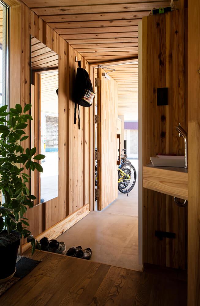 玄関横にも手洗いとトイレを設けた。家族の暮らしに寄り添う工夫の1つ