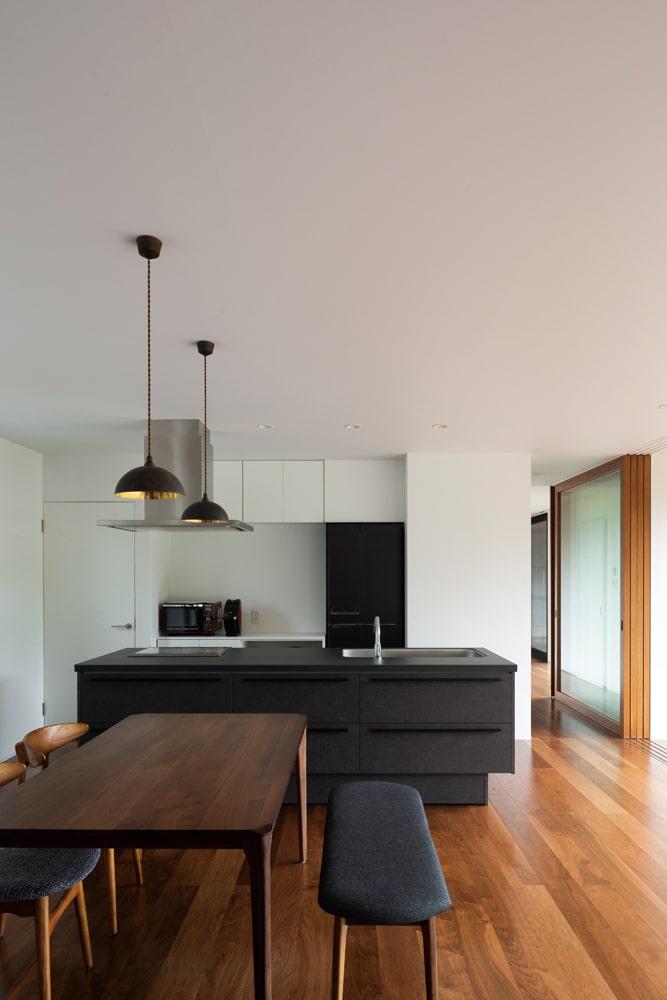 キッチンはブラック系、ダイニングテーブルは床材に合わせた色味を選んだとTさん