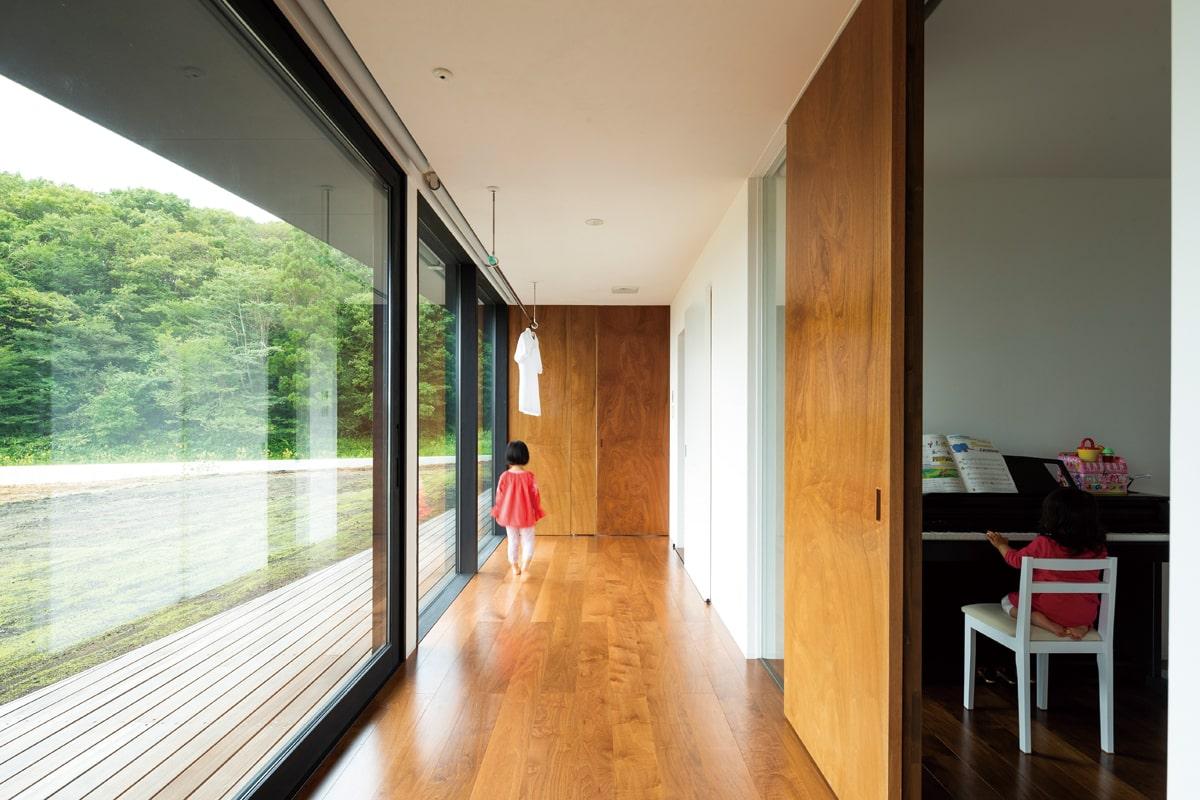 大きな開口部と居室の間には「子供リビング」と名付けた緩衝空間。物干しにも便利なこのスペースは、各部屋が外気による影響を受けにくくする工夫のひとつ