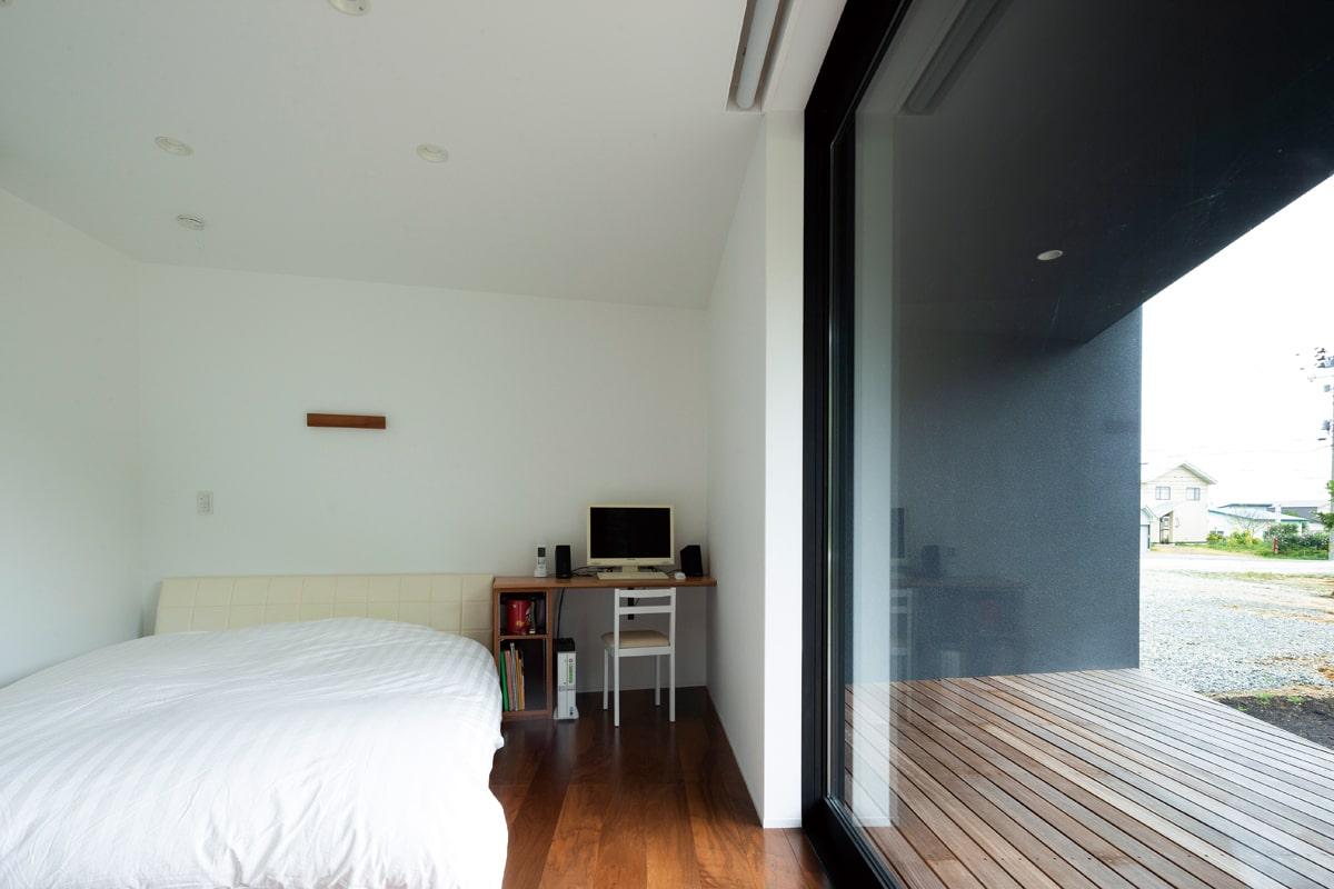 夫婦の寝室には、弓型のデザインにすることで建物の端部に生まれたデッドスペースを利用したウォークインクローゼットを設けて空間を有効活用している