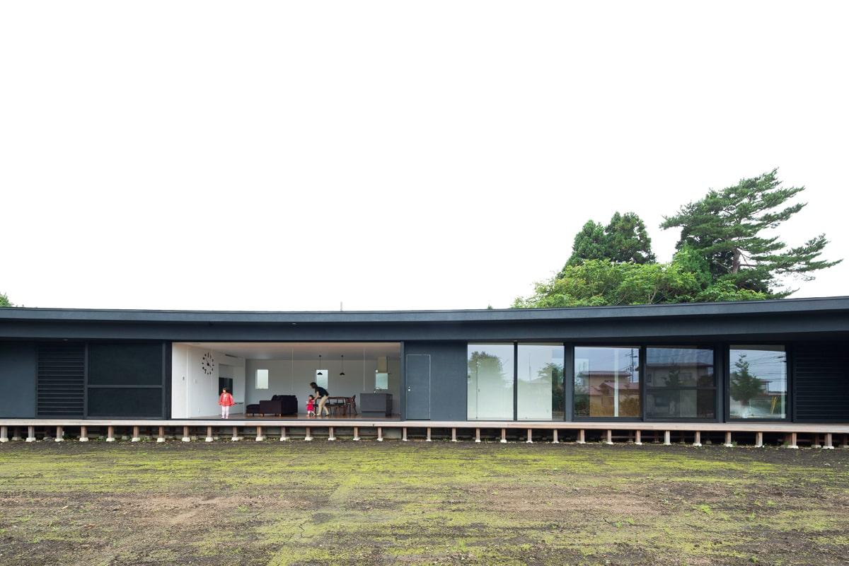 庭からの正面外観。平面的に弧を描く軒天井が、まるで劇場のような臨場感を生んでいる