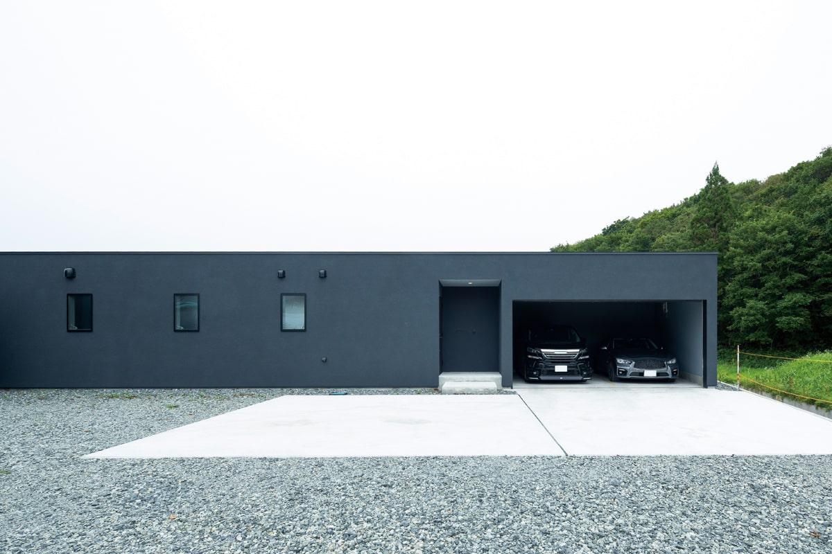 玄関とガレージは北側に配置。玄関は奥まっているため雪や風の影響を直接受けずに済む