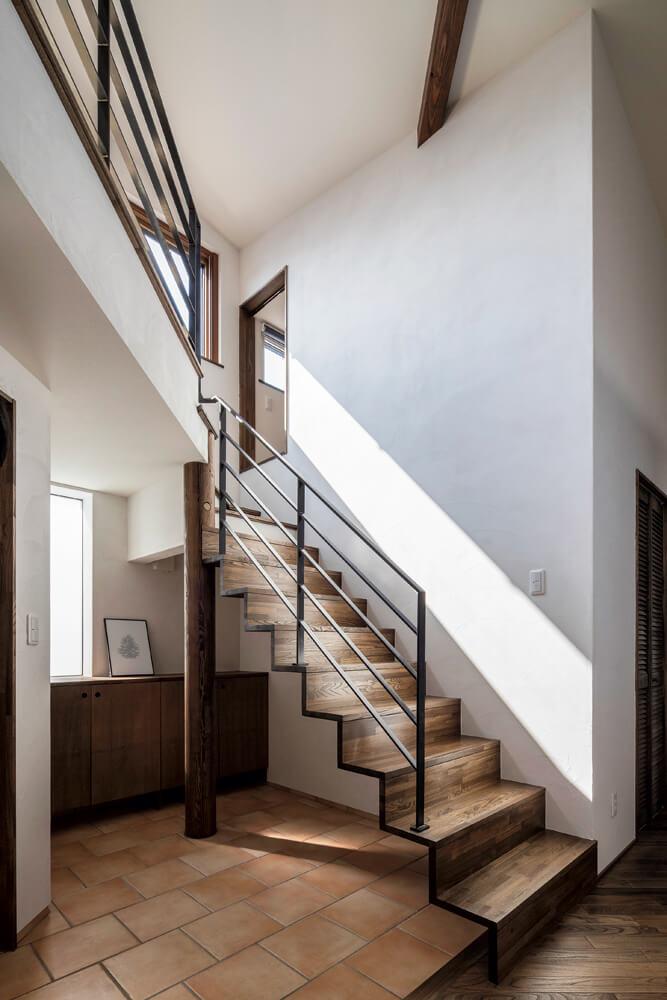 階段下スペースも使って広くした玄関。階段上右側はロフト収納