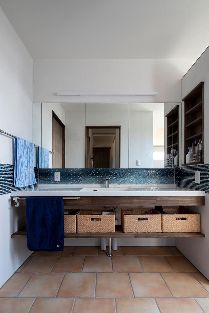 中庭からの光が届き明るい洗面スペース。キッチンからここまでが回遊できる動線に