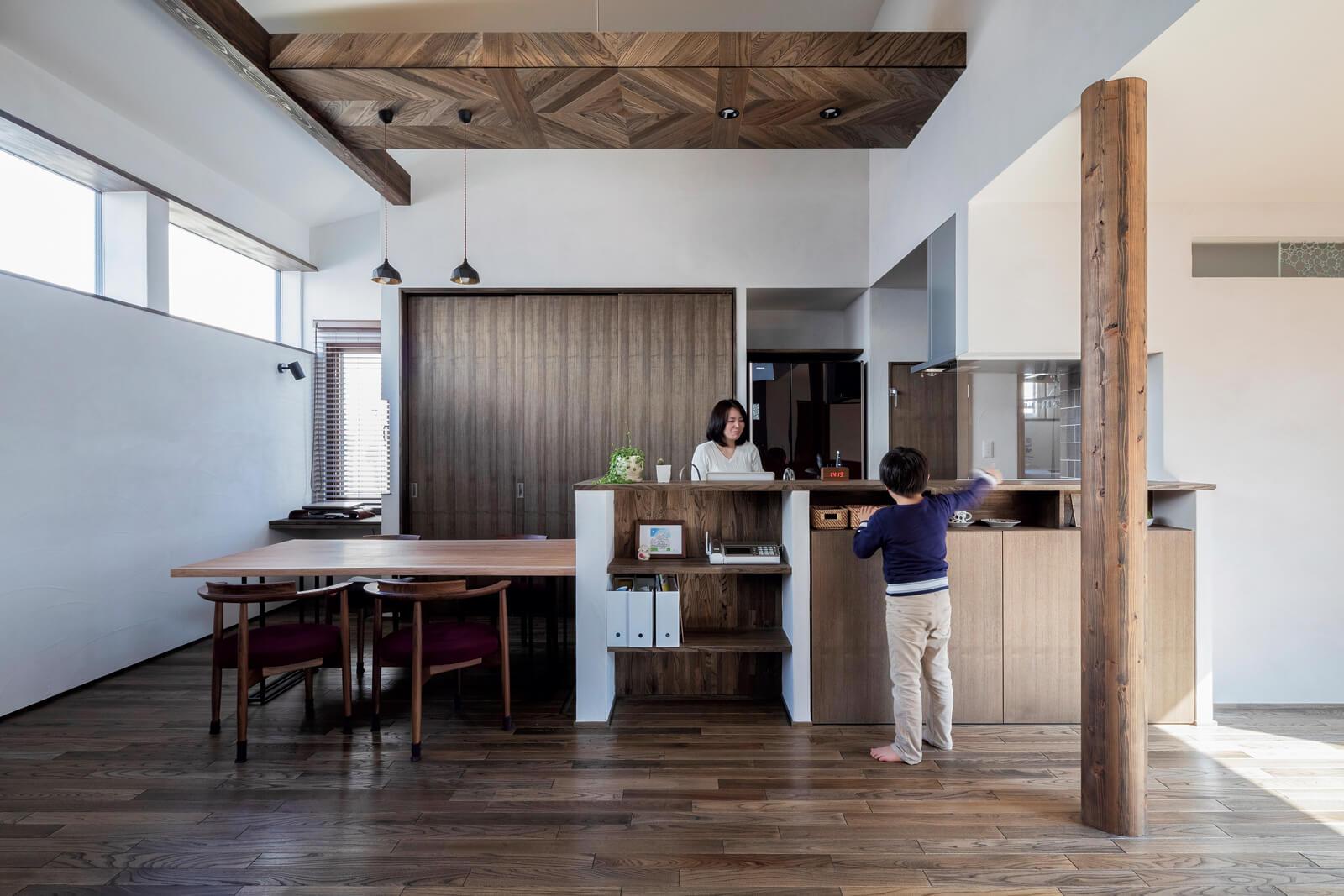 天井の一部に木を用いた設計のダイニング・キッチン。寄木細工のような意匠が空間に上質感をプラス