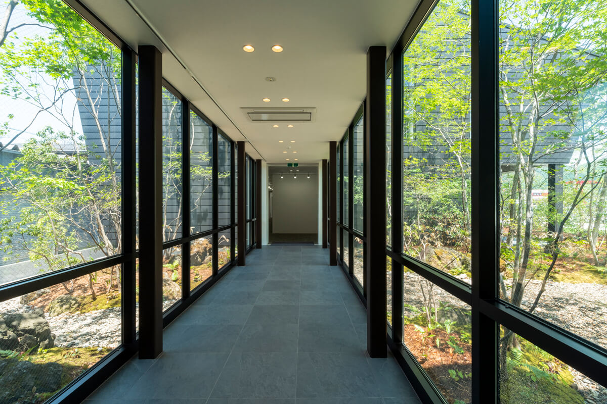 ガラス張りの渡り廊下。左右に中庭が広がっていて気持ちいい!