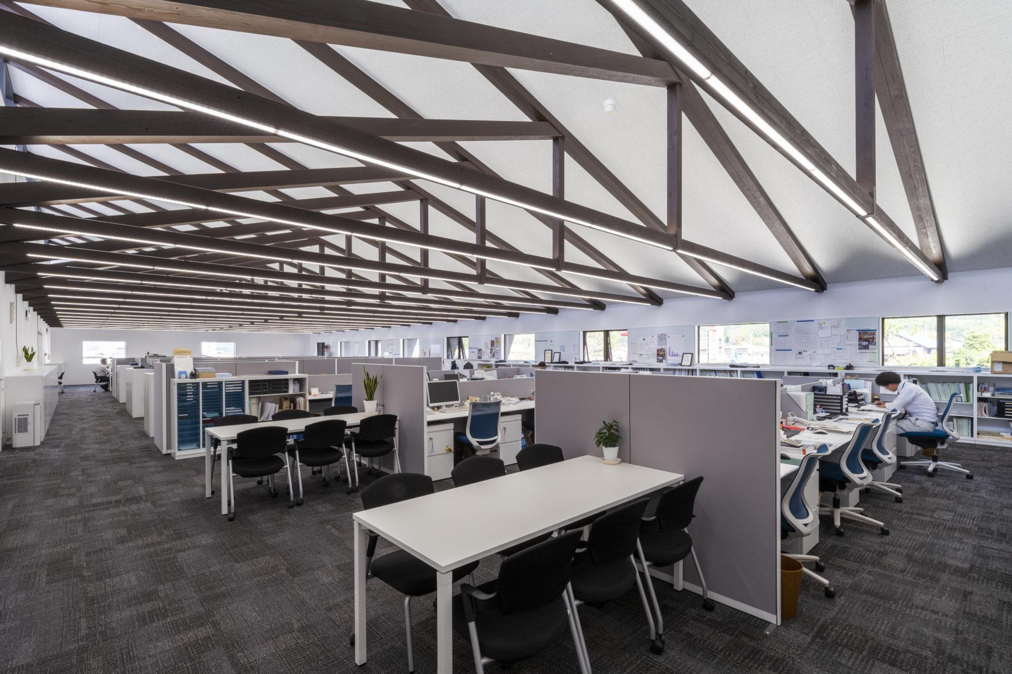 奥まで続く張弦トラスが印象的なオフィススペース。こんなところで仕事してみたいなぁ