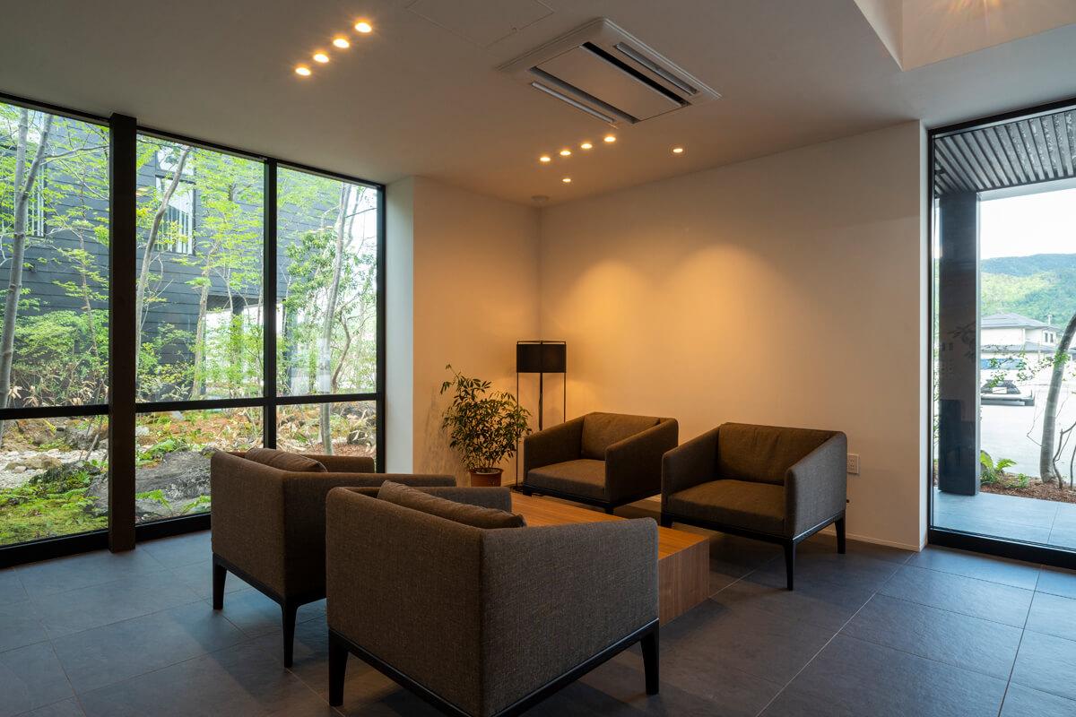 1階ホールのウェイティングスペース。そばに緑を感じられるのがいいね!