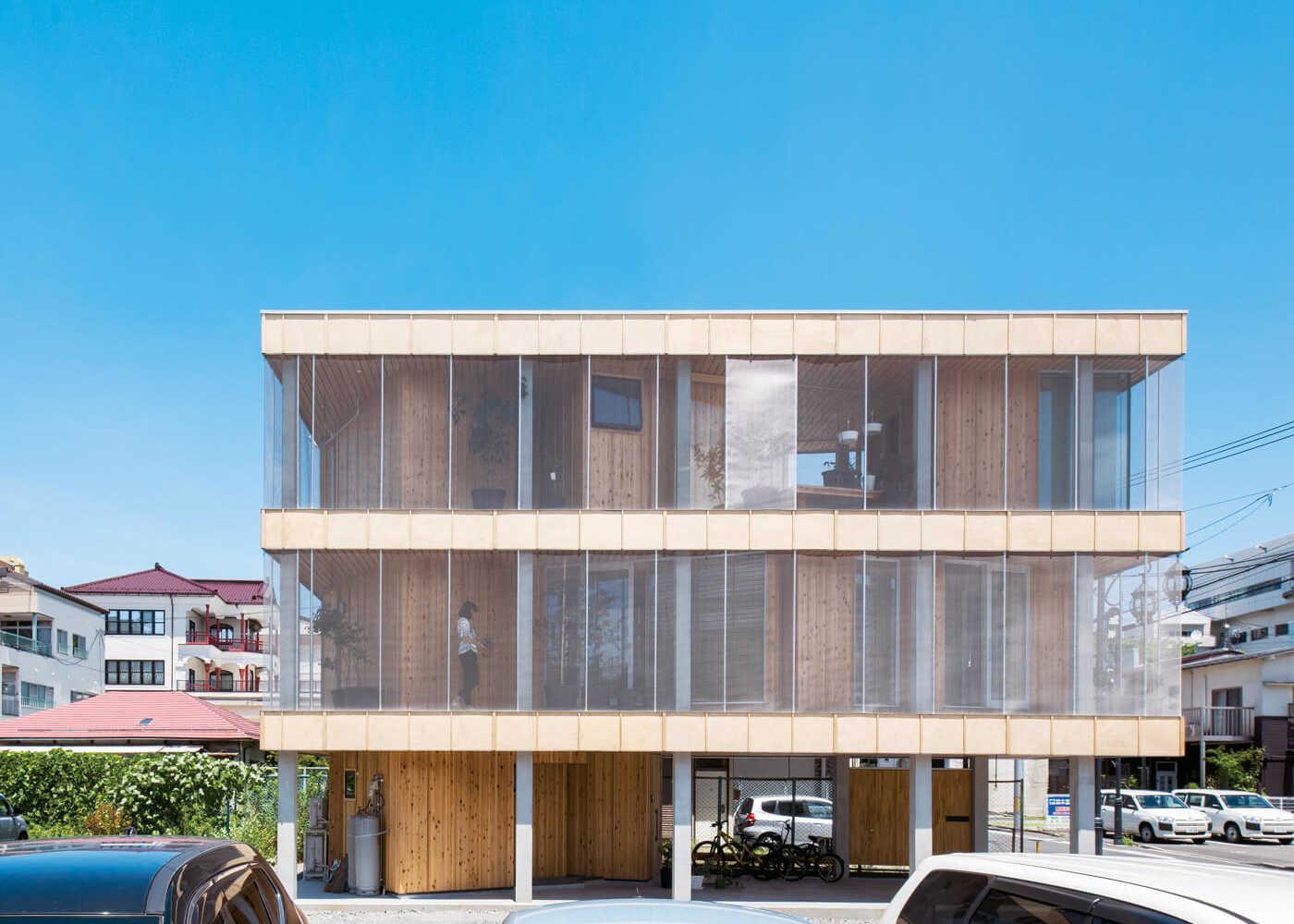 建物の南面。内部の木質感とは異なる印象。街中の住宅地にあっても、周囲とほどよい距離感を保つ