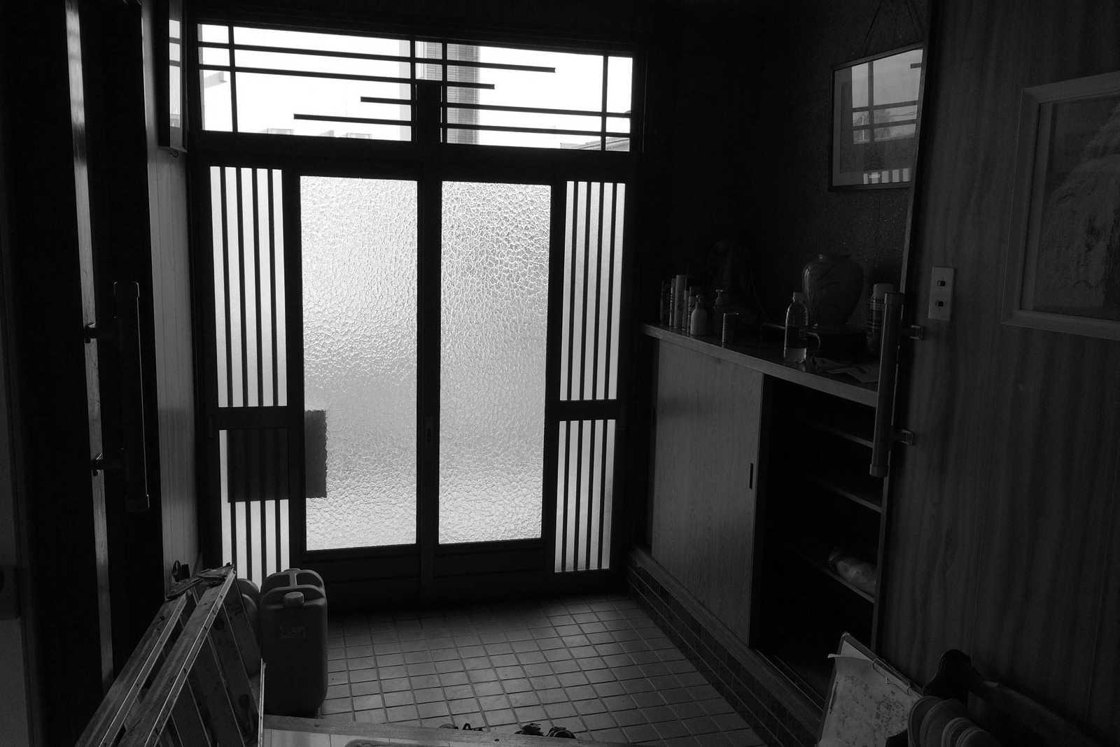 ガラスのドアで断熱性の低かった既存の玄関
