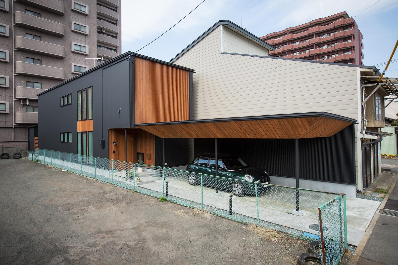 正面には繊細な木格子、ガレージには板張りを用いて、町屋の名残がある界隈に馴染む意匠にしている