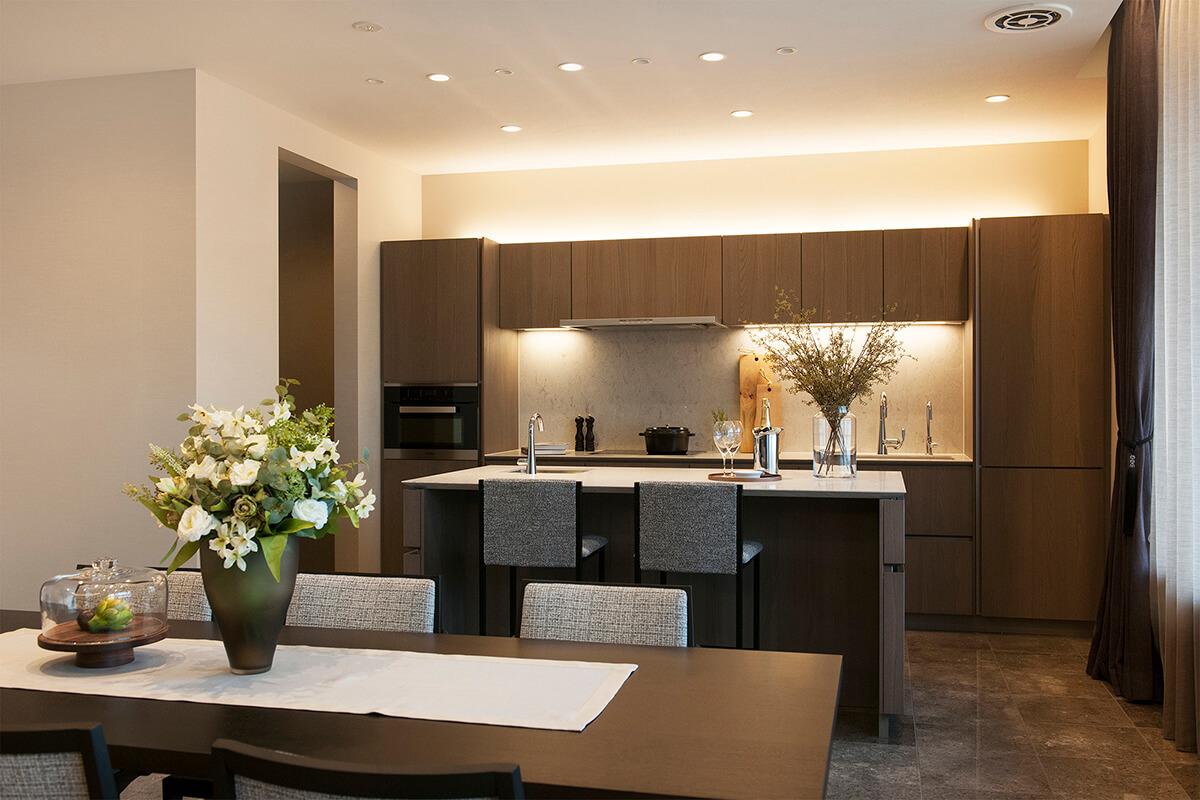 イタリア・スナイデロのオーダーキッチンや大理石の床、こだわりの照明などを取り揃えたオーダーメイドショールームも見応え充分だよ