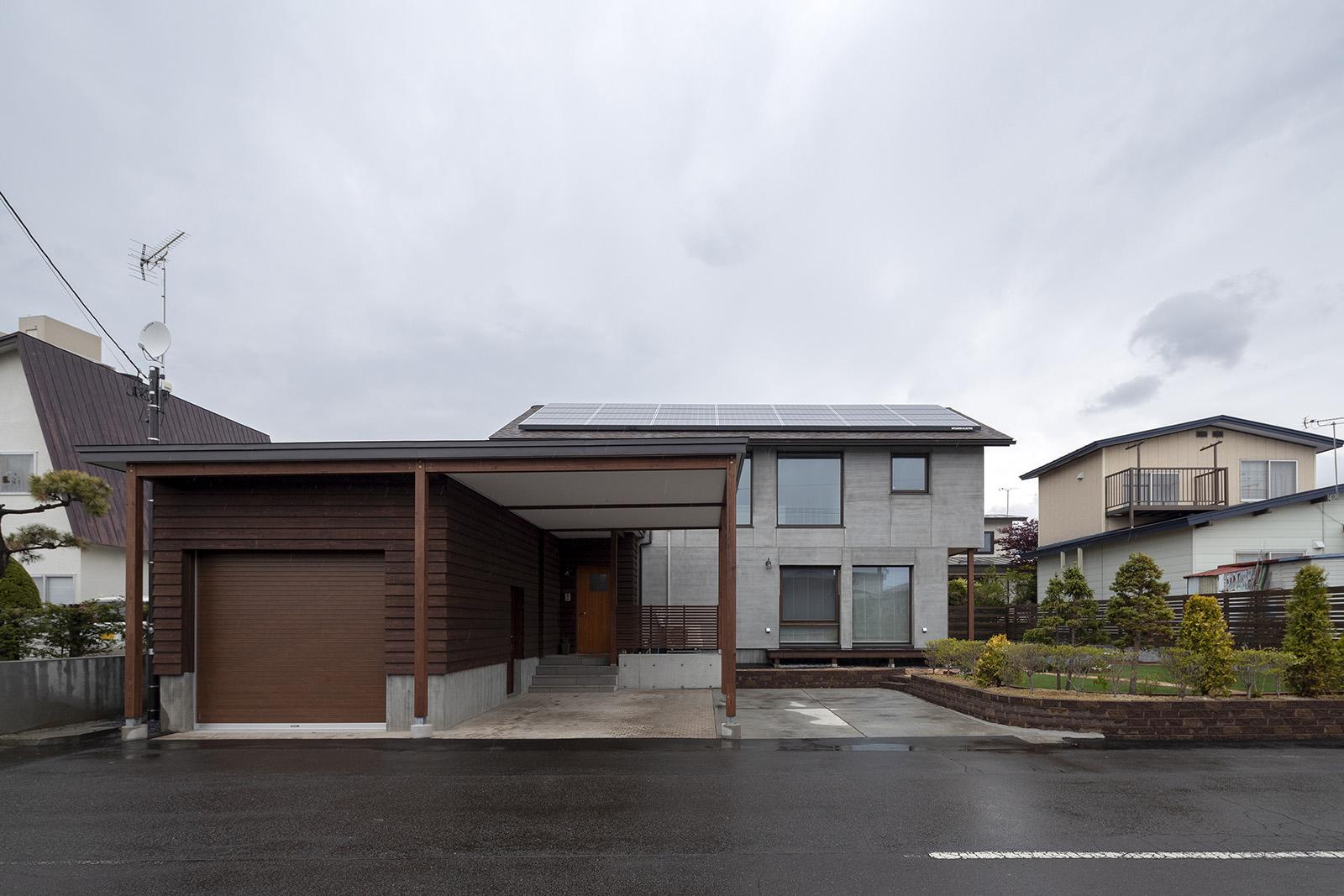 南に開口部を広く取ったMさん宅の外観。5寸勾配の切妻屋根に太陽光発電パネルを載せて創エネ