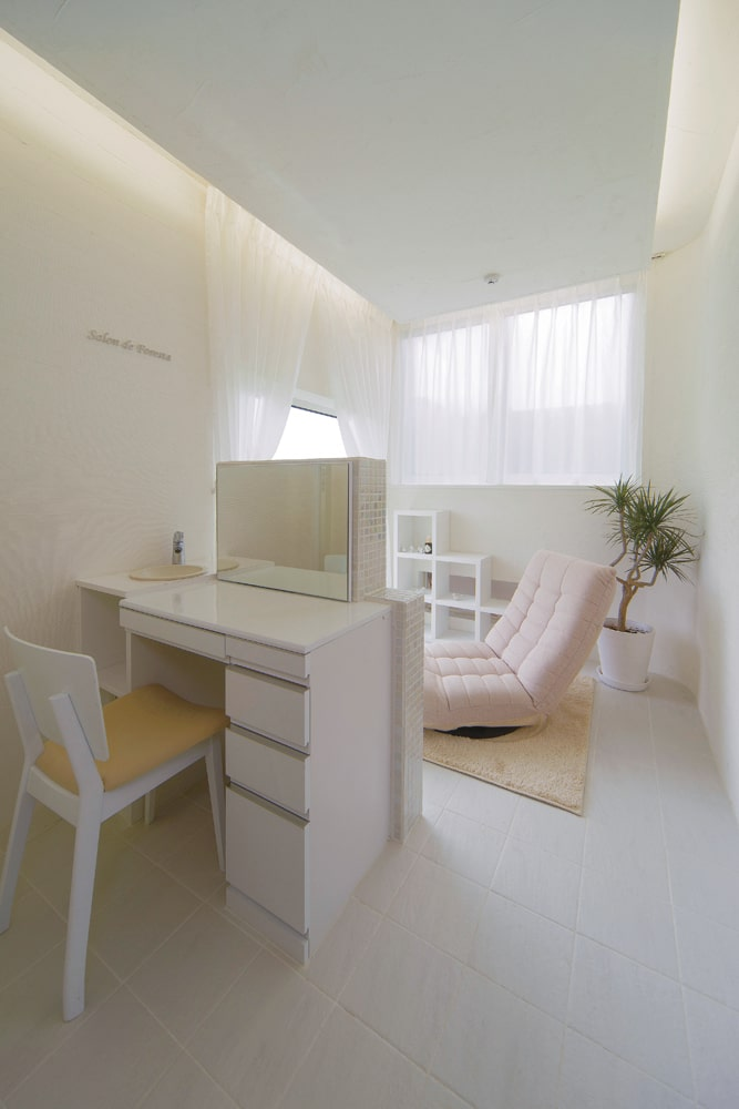 寝室とつながるウォークインクローゼットの奥には、メイクカウンター付きの奥様専用の空間がある。ヨガやアロマなどを楽しみながら、ゆっくりとくつろげる小さなサロン空間に仕上げた