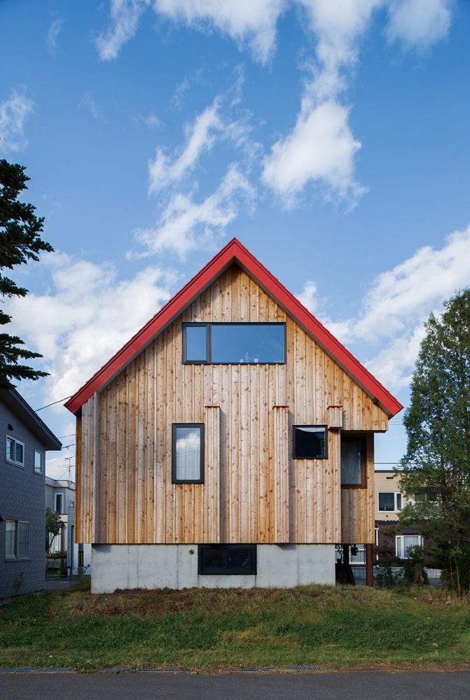 赤い三角屋根はそのまま残し、外壁はカラマツの荒木を張り山小屋風に