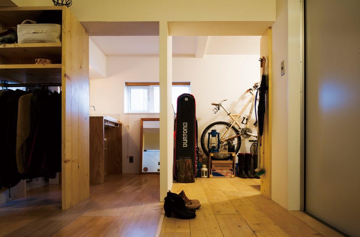 玄関横にはご主人が自転車のメンテナンスやDIYを行う部屋と水まわりを集約