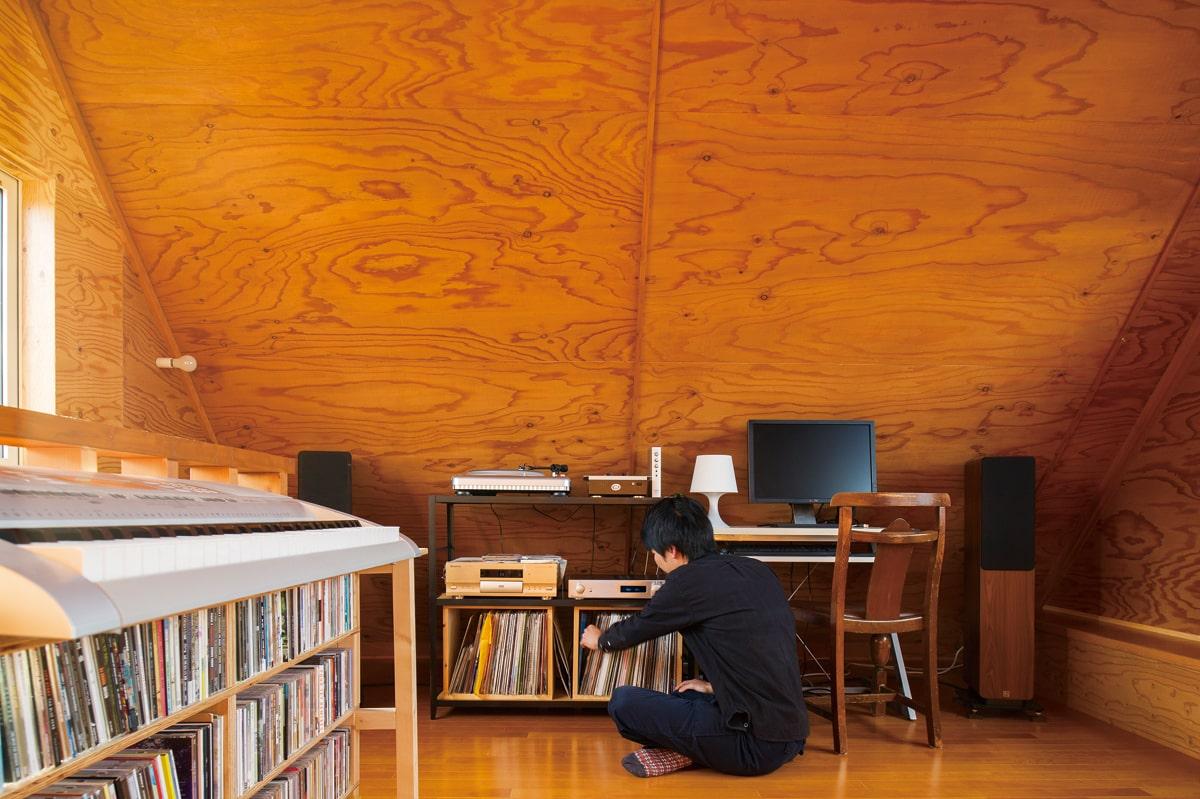 屋根裏のような雰囲気の3Fはご主人の趣味部屋。レコードやCDがずらりと並ぶ