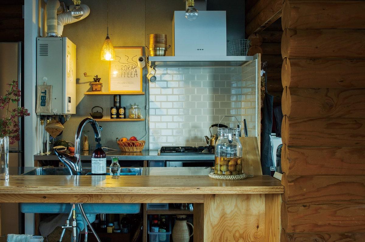 キッチンもスペースにあわせて造作。隠すよりもうまく見せることを考えた