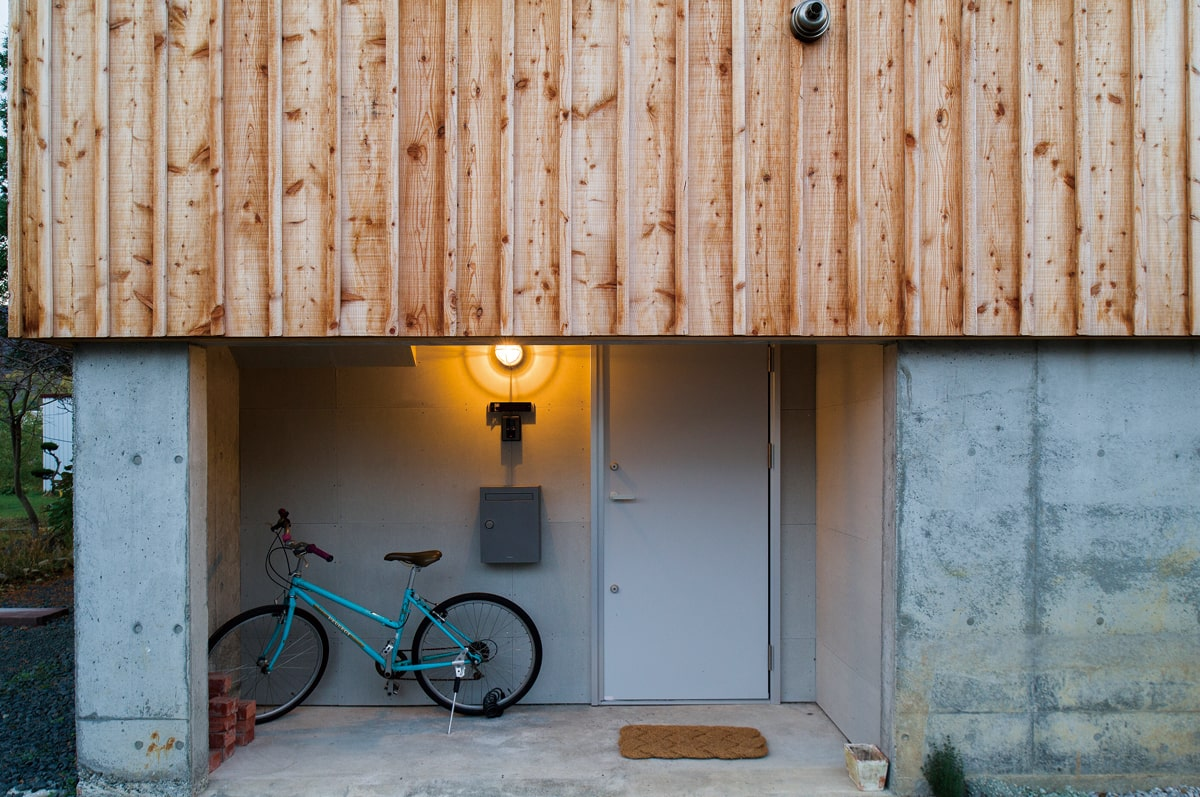 元は物置の入り口だった部分を玄関に。くぐり戸のような玄関がユニーク