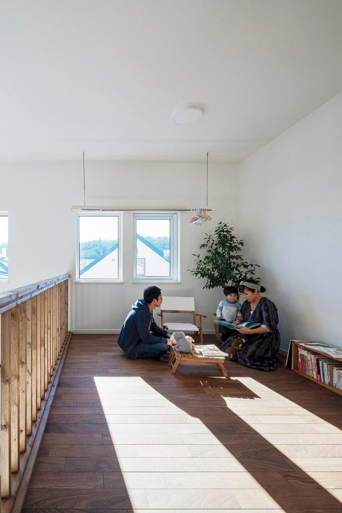 2階フリースペースは物干しを兼ね、「陽当たりが良く、洗濯物がよく乾きます」と奥さん。子どもの遊び場にも重宝しているそう