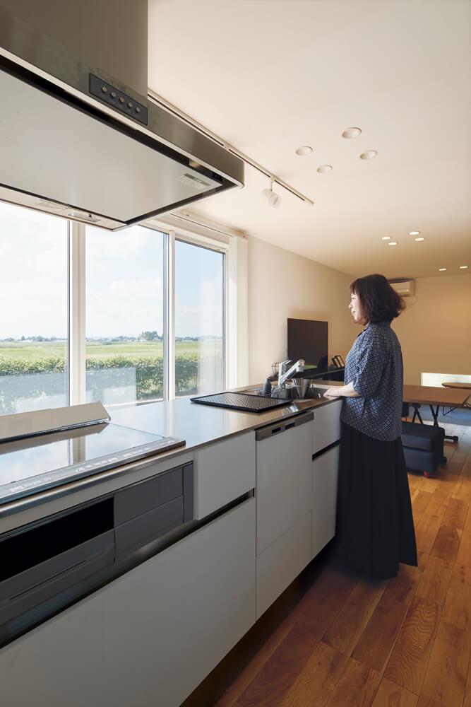 風景を楽しめるようにアイランド型キッチンを設置。夫婦で必要な機能を取捨選択し、ダイニングは設けなかった