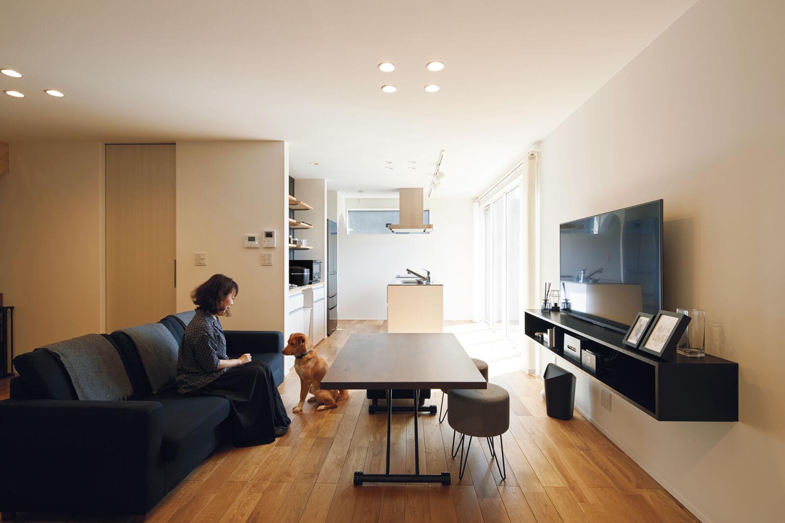 Aさんご夫妻は二人ともモノトーン好き。白い壁と無垢材の床、黒やダークグレーの家具類などバランスが見事