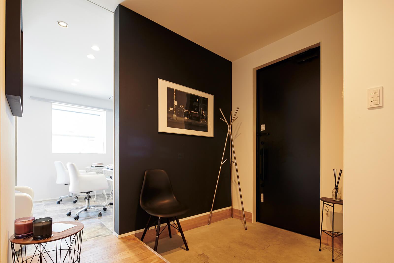 玄関右側の大きな引き戸を開けるとネイルサロンが。住まい側の床面を10cm程度高くして空間を仕切るつくりに