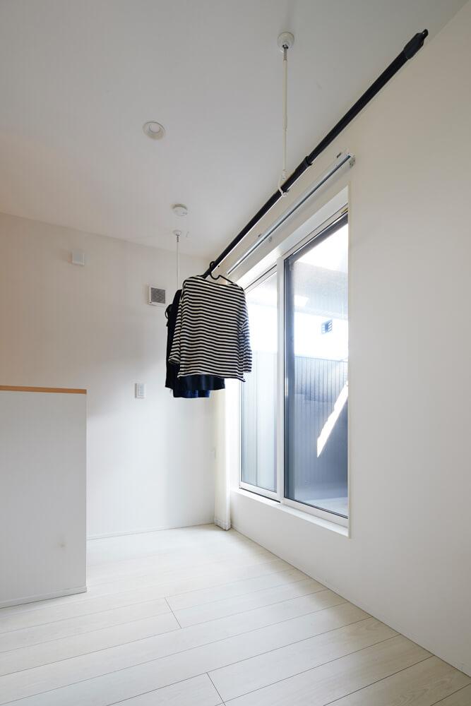 生活感を出さないように、洗濯した衣類は2階バルコニーの内側に設置した物干しスペースに