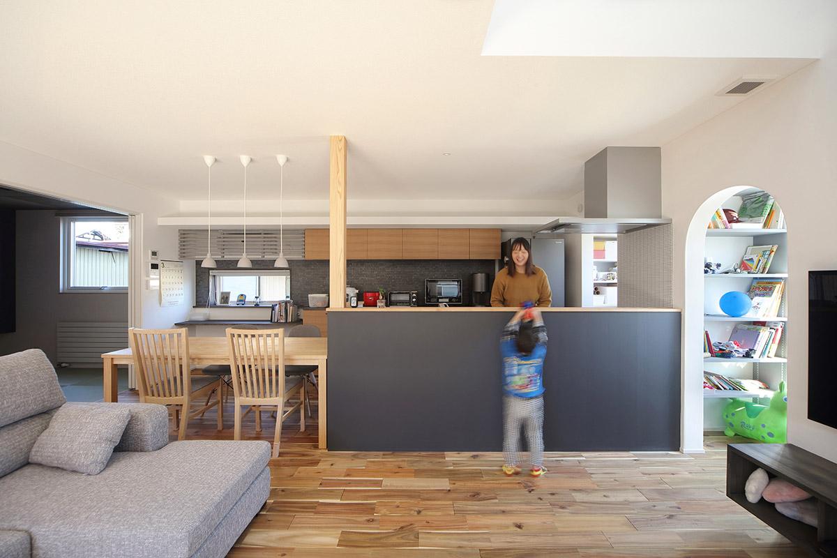 壁と天井の色調やトーンを合わせるなら、同じ品番の壁紙でOK