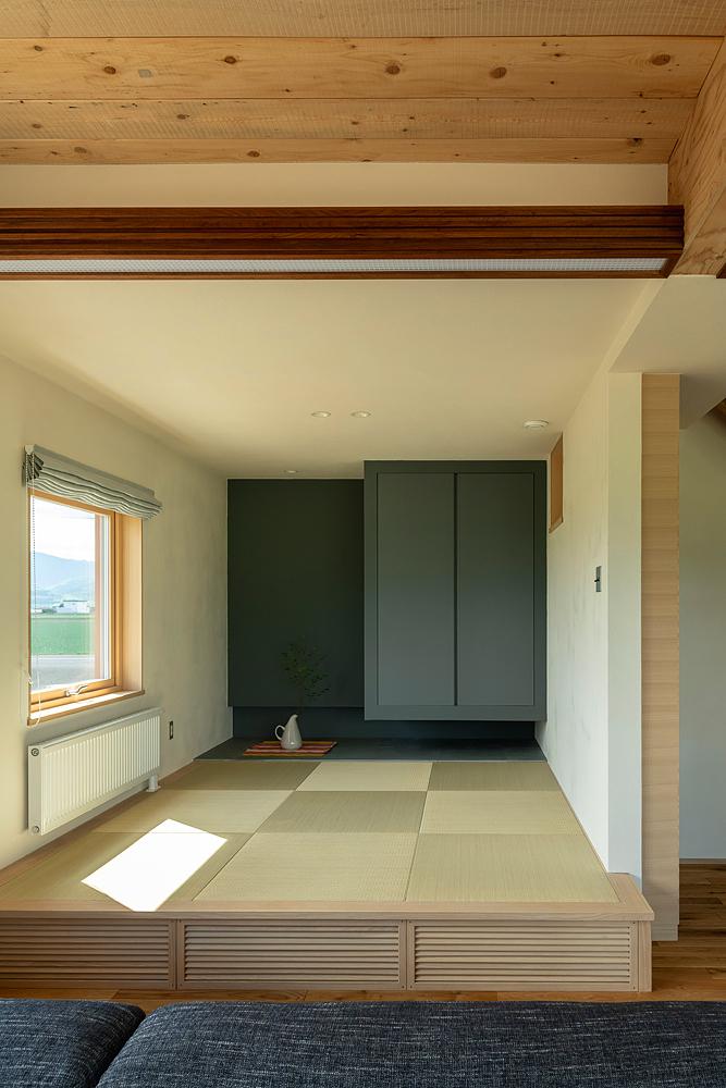 色で意見が割れた和室はブルーグレーに。ウォールナットの間接照明も職人によるもの