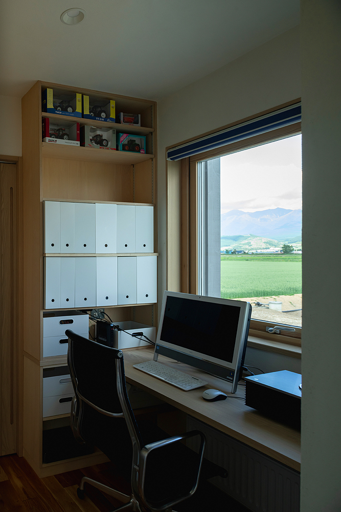 キッチンから少し奥に入ると、事務作業スペース。作業の合間の眺めも抜群
