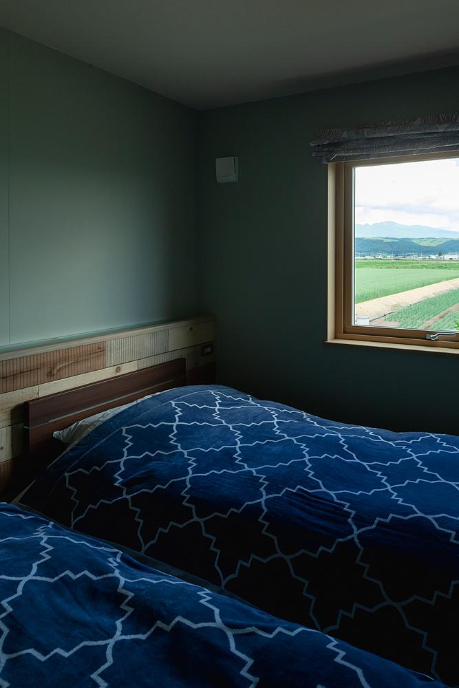 幾何学模様が描かれたベッドカバーが、シックで落ち着いた雰囲気の寝室を心地よく演出