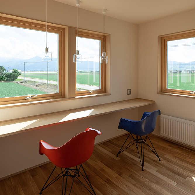 2階の読書スペース。窓からは芦別岳が見える。トリプルガラス仕様で冬も暖かい
