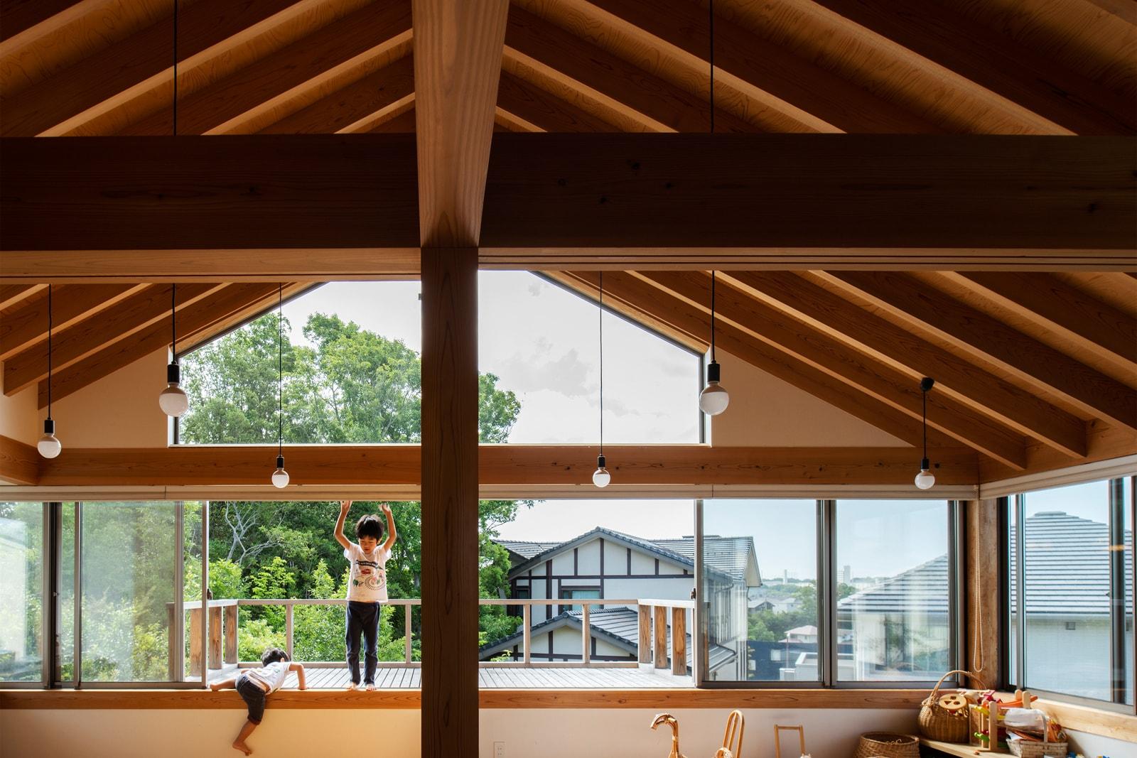 天井まで続く大開口を取り入れた大胆なデザインは、住宅性能が高いからこそ実現可能なもの