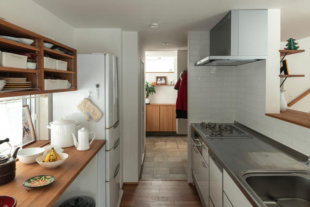 玄関土間がキッチンのすぐ横までつながる間取り
