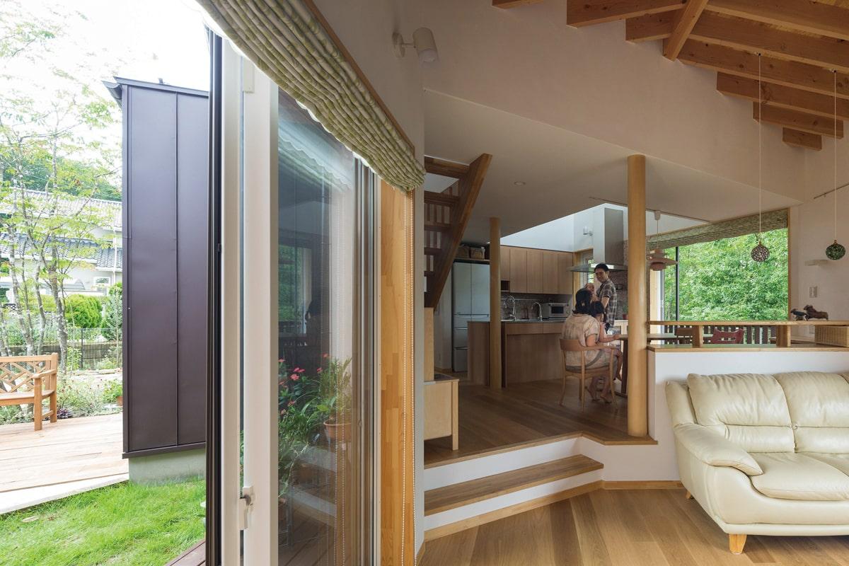 屋外とのつながりを意識し設計されたスキップフロアのLDK。両側を緑に包まれた心安らぐ空間