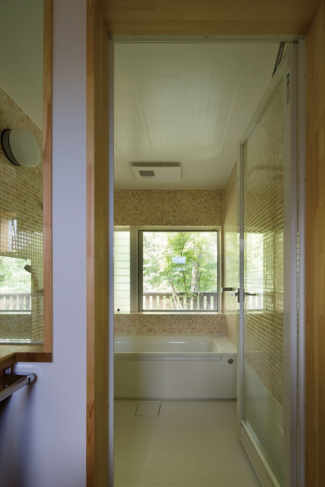 緑を眺めながらゆったりと入浴できるバスルーム。ご主人が一番心休まるという空間
