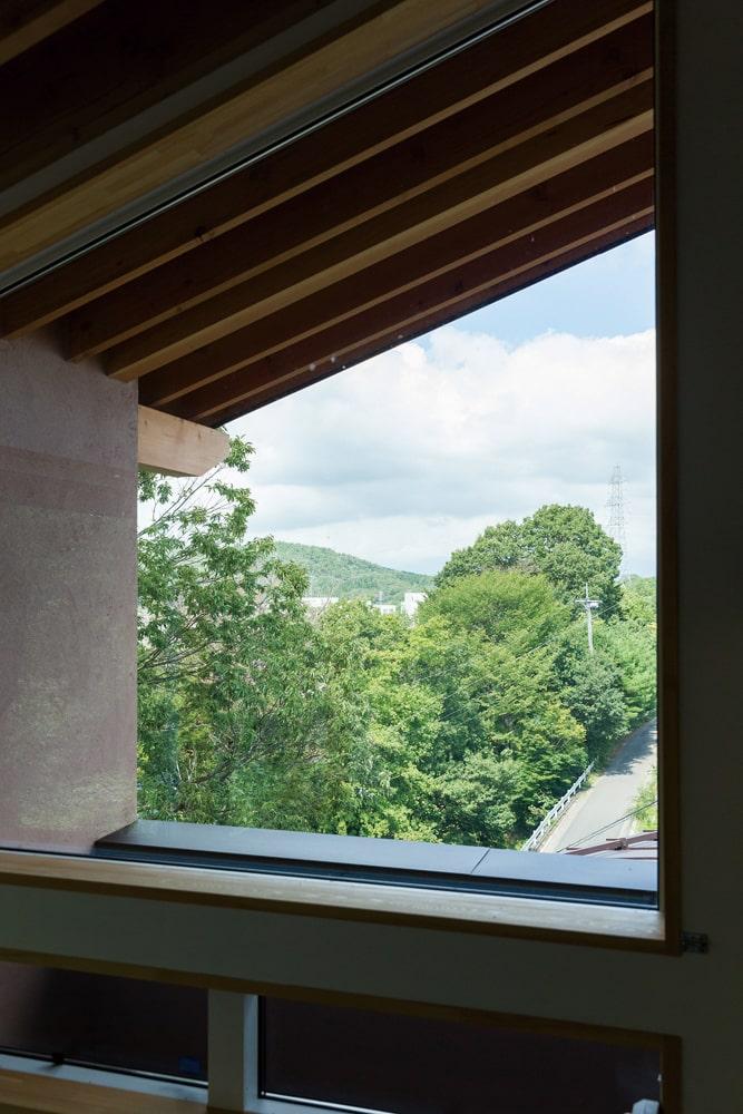 心地よい風を感じながら爽快な眺めが楽しめる2階テラス。はるか先には山容も広がる