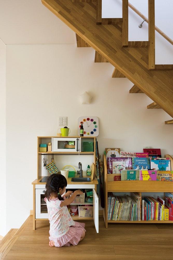 お子さんの遊び道具を置いた階段下。デッドスペースをつくらない空間活用術が見事