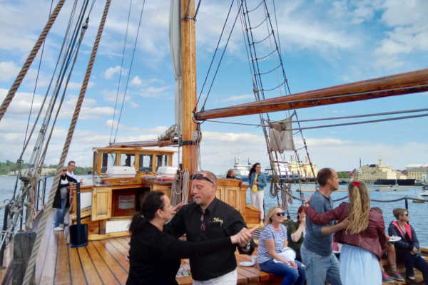 長い夏休みの始まり。船上で踊る「サルサセーリング」